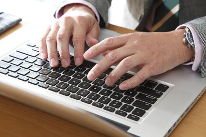 パソコンを使う男性の手